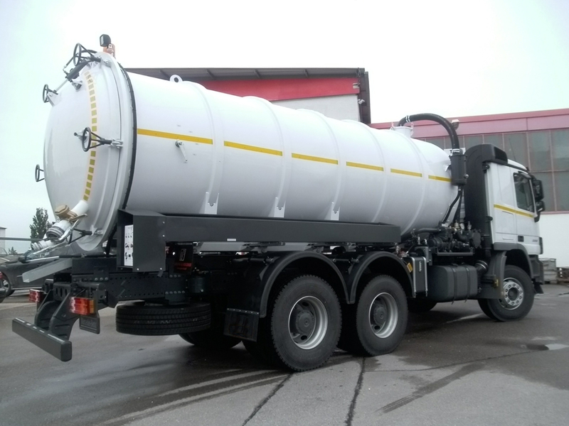 Hydraulically Operated Rear Opening Of Vacuum Jetting Tank Truck